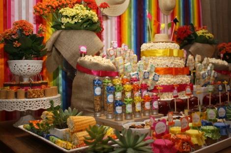 Mesa decorada com guloseimas Festa Junina