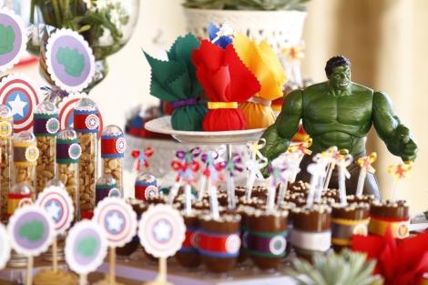 Mesa decorada com Hulk